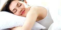 Relacionada mujer durmiendo feliz