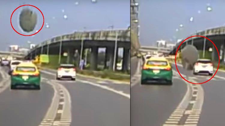 YouTube: Objeto cae en plena carretera y casi aplasta a un auto