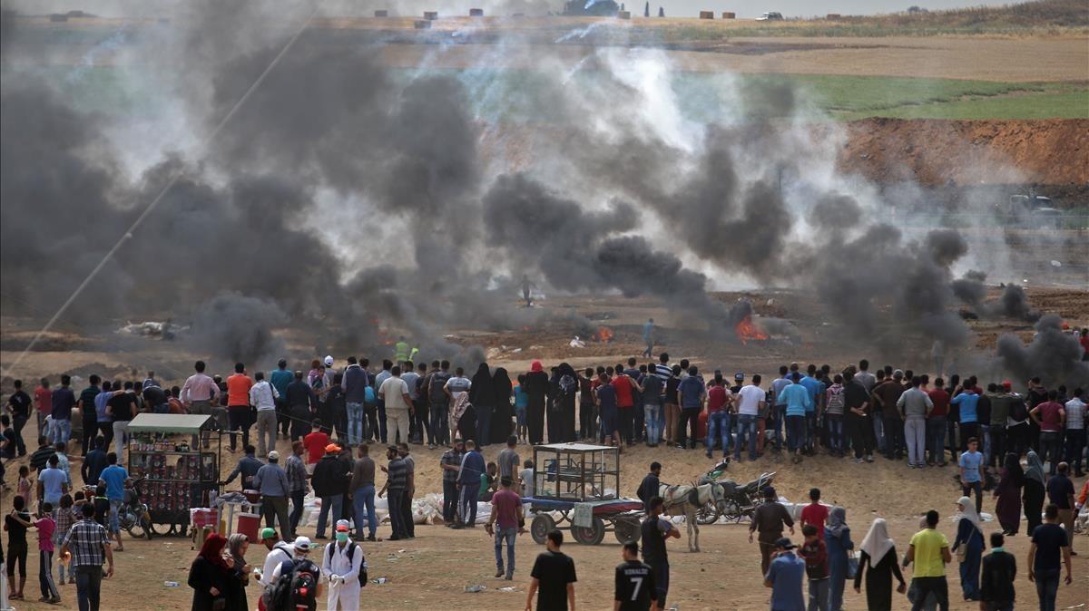 Gases lacrimogenos lanzados por las fuerzas israelies humo neumaticos quemados por los manifestantes palestinos frontera gaza con israel 1526287584466