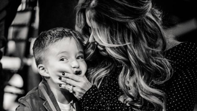 Galilea Montijo genera críticas por teñir el cabello a su hijo
