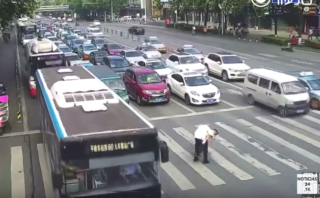 Policía carga a anciano para ayudarlo a cruzar la calle
