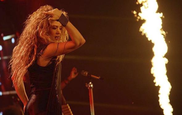 De esta forma la cantante Shakira subió al escenario a sus hijos