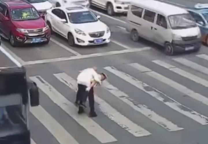 Conmovedor: Policía carga y ayuda a anciano a cruzar la calle
