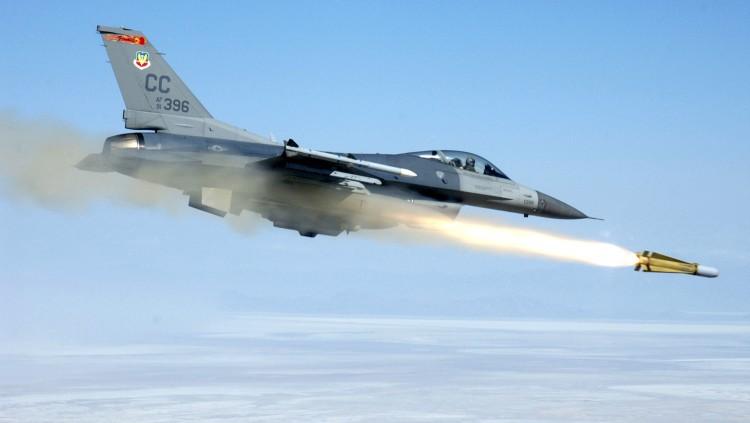 F 16 fighting falcon launching agm 65h maverick