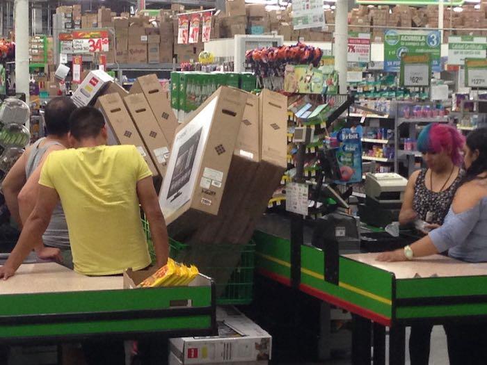 Pasan la noche para comprar televisores a 5 pesos