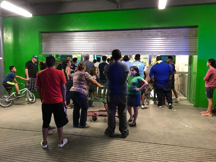 Pasan la noche en Bodega Aurrerá para comprar televisores en ¡5 pesos!