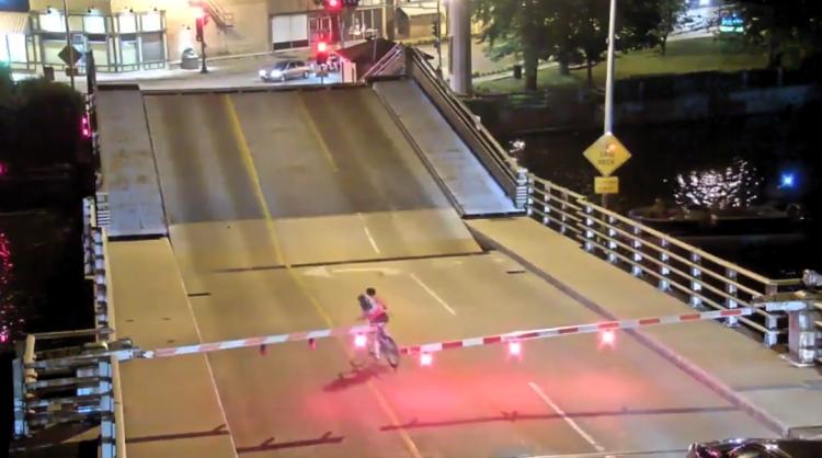 Ciclista cae en puente levadizo tras ignorar señalamientos
