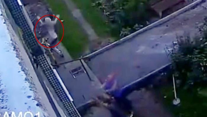 Bebé cae desde el cuarto piso y dos obreros lo atrapan — Héroes