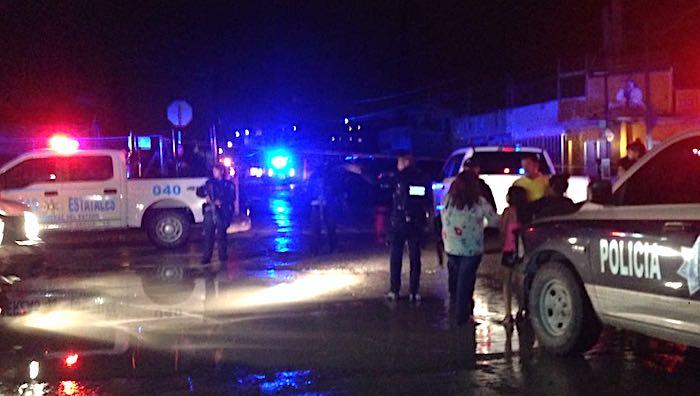 Policias noche lluvia