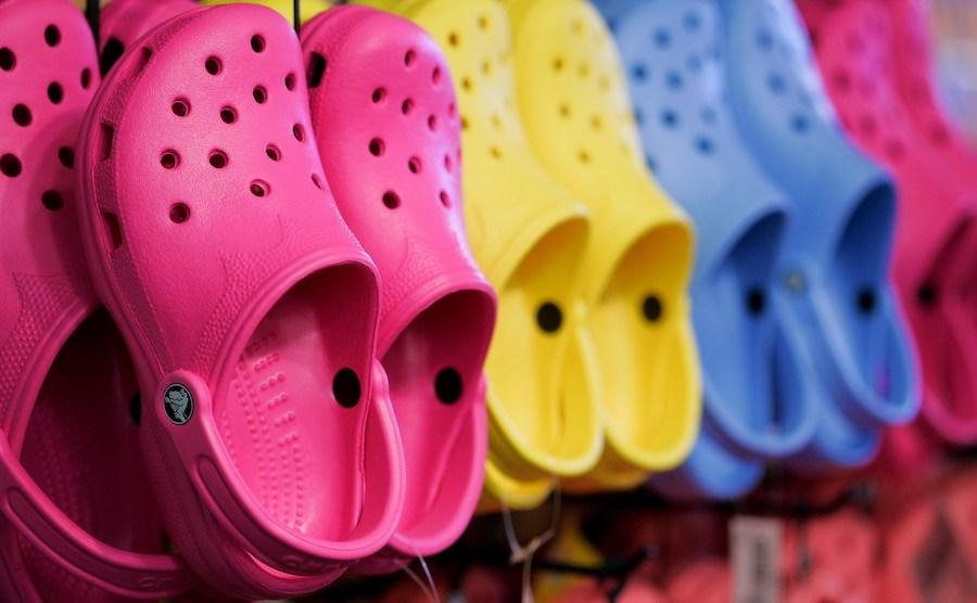 Crocs anuncia cierre de plantas en México e Italia