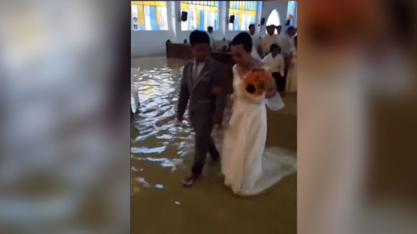 Se casan en iglesia inundada por fuertes lluvias