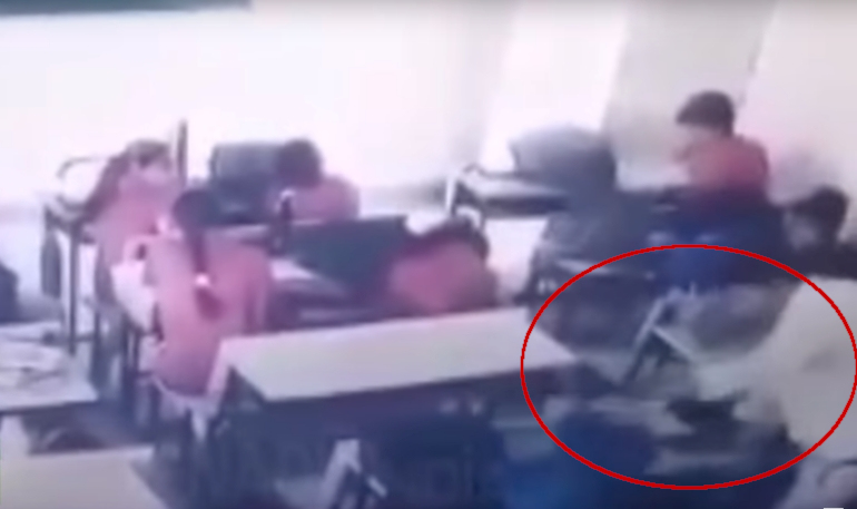 Captan brutal golpiza de maestro contra alumno que salió a beber agua