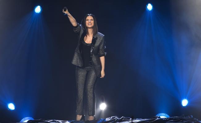 Fan golpea por accidente a Laura Pausini en pleno concierto