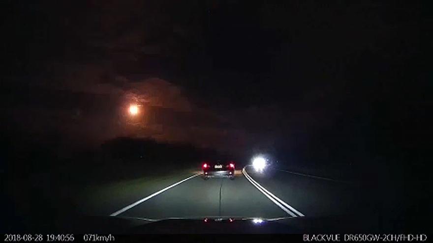 Bola de fuego ilumina el cielo nocturno de Australia