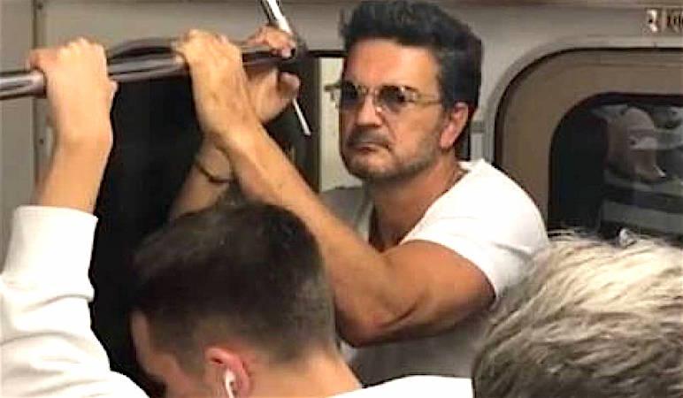 Ricardo Arjona 'pasea' en metro y... ¡nadie lo reconoce!