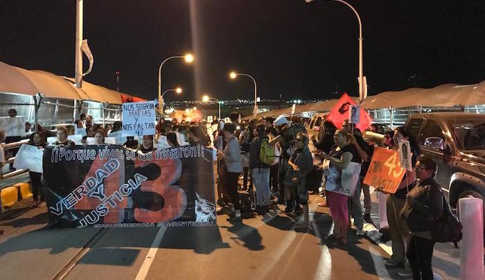 AMLO establece compromisos con padres de jóvenes de Ayotzinapa