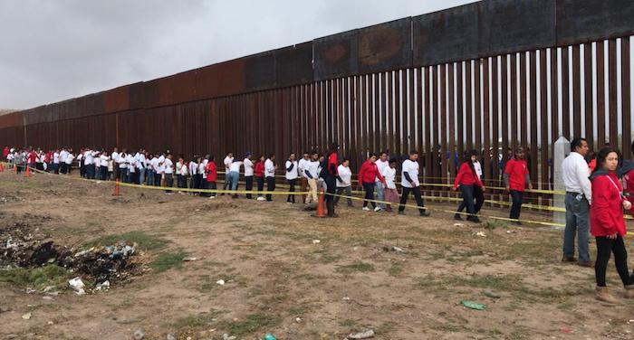 Abren puertas del muro fronterizo para que se reunieran familias
