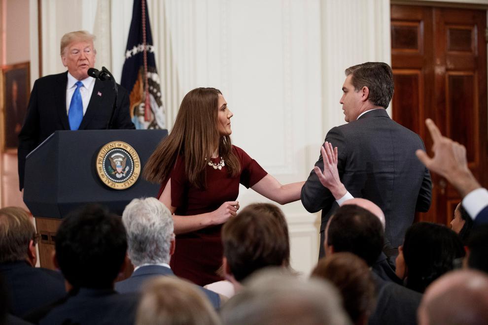 Trump retira credencial a periodista de CNN tras discusión