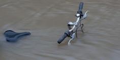 Relacionada bicicleta en inundacion 900x485