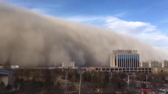 Aterradora tormenta de arena envuelve ciudad en China