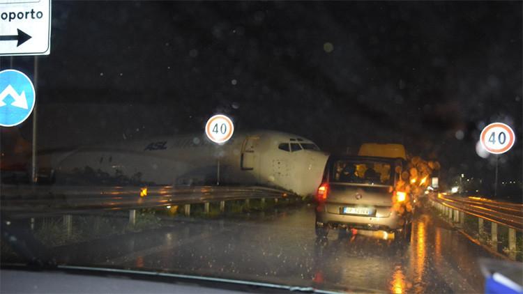 Italia: Avión salió de la pista y terminó sobre la carretera