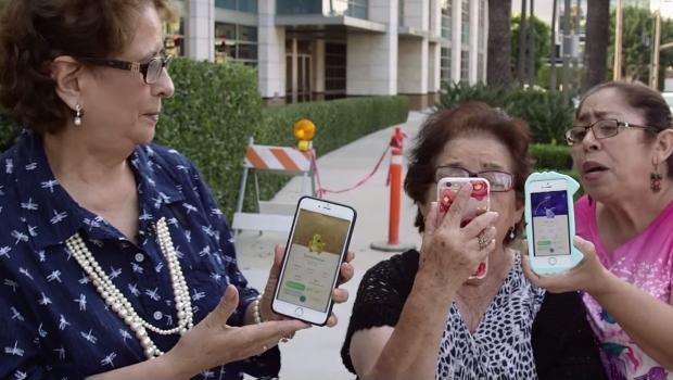 El video más tierno que muestra a unas abuelitas jugando Pokémon Go