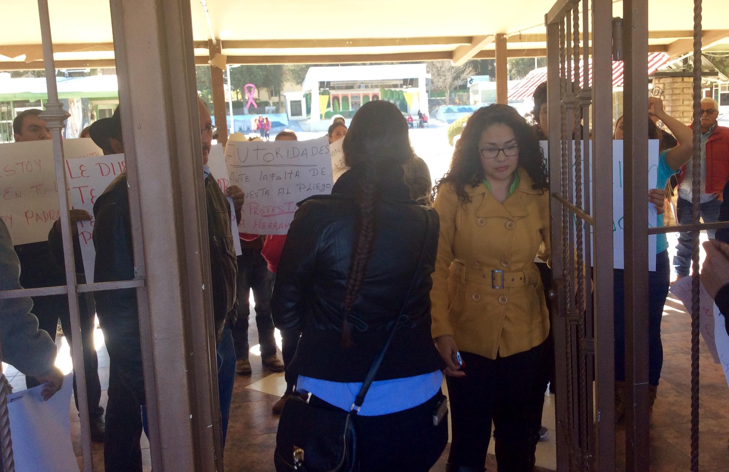 A concurso plazas en normal de saucillo maestros levantan for Concurso plazas docentes