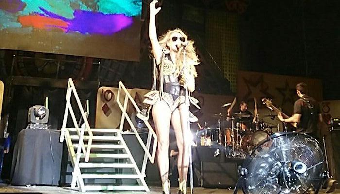 Paulina Rubio se cae del escenario en Campeche